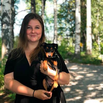 Tässä kuvassa on blogin kirjoittaja Nina Hirvonen.