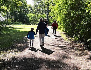 polku, puita ja lapsi ja aikuinen kävelemässä