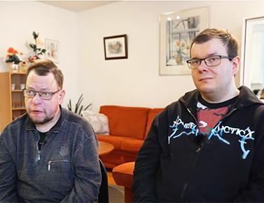 kaksi miestä omassa kodissaan